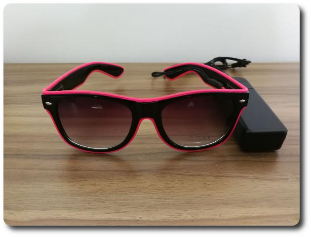 747dd65292f80 Les lunettes sont noires et équipées d un fil électroluminescent de 3